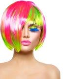 Menina da beleza com cabelo tingido colorido fotos de stock royalty free