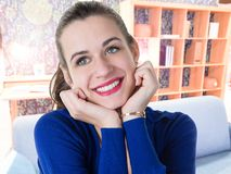 Menina da beleza com dentes brancos que sorri em casa imagens de stock
