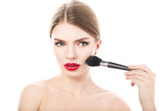 Menina da beleza com escova da composição Face bonita makeover Pele perfeita imagens de stock royalty free