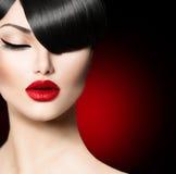 Menina da beleza com penteado na moda da franja. Foto de Stock Royalty Free