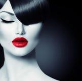 Menina da beleza com penteado na moda da franja Imagem de Stock