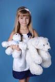 Menina da beleza com ursos brancos imagem de stock royalty free