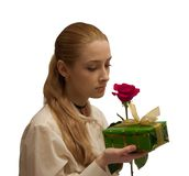 A menina da beleza com vermelho levantou-se no branco Imagens de Stock Royalty Free