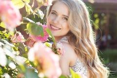Menina da beleza da forma com flores das rosas Foto de Stock Royalty Free