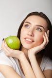 Menina da beleza da mulher com as laranjas dos frutos na maçã do fundo do branco cinzento imagem de stock royalty free