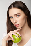 Menina da beleza da mulher com frutos imagem de stock royalty free