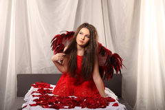 Menina da beleza dos Valentim com as asas vermelhas e brancas grandes Fotografia de Stock