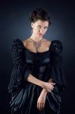 Menina da beleza em um vestido do preto do vintage Imagens de Stock Royalty Free
