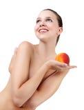 Menina da beleza, jovem mulher bonita com pele limpa fresca e ervilha Imagens de Stock Royalty Free