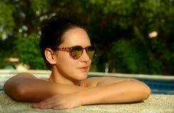Menina da beleza na piscina imagem de stock