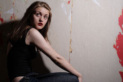 Menina da beleza nas calças de brim e corpo Imagens de Stock Royalty Free