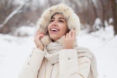 Menina da beleza o fundo do inverno Fotos de Stock Royalty Free