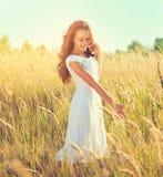 Menina da beleza que aprecia fora a natureza Foto de Stock Royalty Free