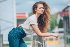 Menina da beleza que aprecia fora a natureza Bonito Imagem de Stock Royalty Free