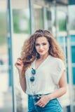 Menina da beleza que aprecia fora a natureza Bonito Imagens de Stock