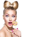 Menina da beleza que come o pirulito colorido Fotos de Stock Royalty Free