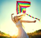 Menina da beleza que corre com o papagaio no campo Fotos de Stock