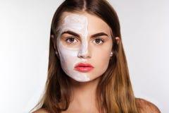 Menina da beleza que obtém a argila a máscara facial, conceito dos termas Imagens de Stock