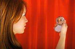Menina da beleza que olha no espelho Fotos de Stock Royalty Free