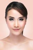 Menina da beleza Retrato da jovem mulher bonita que olha a câmera foto de stock