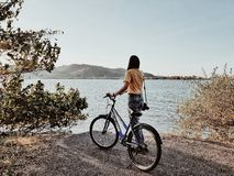 Menina da bicicleta imagens de stock royalty free