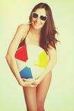 Menina da bola de praia fotos de stock