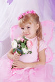 Menina da borboleta na grinalda que guarda rosas Fotografia de Stock