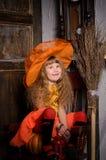 menina da bruxa do Dia das Bruxas no traje com vassoura Foto de Stock