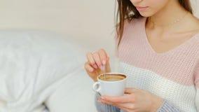 Menina da cafeína da bebida da energia da manhã que agita o café filme
