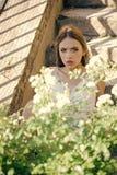 Menina da cara para a capa de revista Retrato da cara da menina no seu advertisnent Pose da moça no arbusto de florescência no di foto de stock royalty free