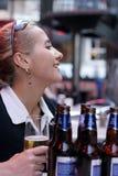 Menina da cerveja imagem de stock
