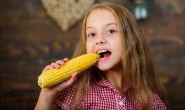 A menina da criança aprecia a vida da exploração agrícola Jardinagem orgânica Cresça seu próprio alimento biológico Fazendeiro da fotos de stock royalty free