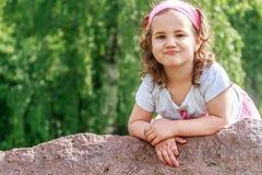 Menina da criança bonita no parque da mola Criança feliz que tem o divertimento Fotos de Stock Royalty Free