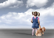 Menina da criança com o urso que olha na distância, percepção c do brinquedo foto de stock royalty free