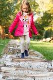 Menina da criança de 4 anos que anda sobre seixos fotografia de stock royalty free