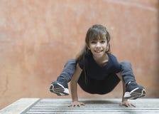 Menina da criança de 10 anos que faz uma postura da ioga Imagem de Stock Royalty Free