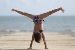Menina da criança de 10 anos que tem o divertimento em uma praia Fotografia de Stock Royalty Free