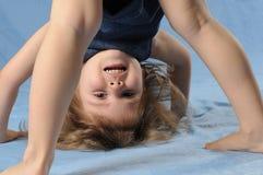Menina da criança de cabeça para baixo Fotos de Stock