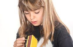 Menina da criança de oito anos que joga com os fósforos isolados no branco Fotos de Stock