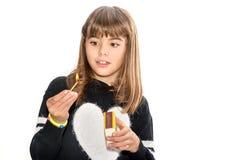 Menina da criança de oito anos que joga com os fósforos isolados no branco Foto de Stock Royalty Free