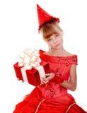 Menina da criança do aniversário no vestido vermelho com caixa de presente. Imagem de Stock