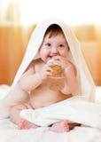 A menina da criança do bebê bebe a água da garrafa envolvida Imagens de Stock