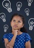 Menina da criança do escritório que pensa contra o fundo azul com ícones dos bulbos Fotos de Stock Royalty Free