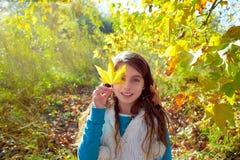 Menina da criança do outono relaxado na floresta da queda Fotografia de Stock Royalty Free
