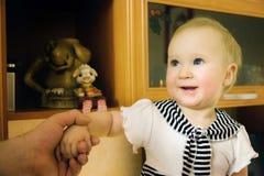 Menina da criança em casa imagens de stock