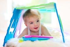Menina da criança em idade pré-escolar que joga na guarda Foto de Stock