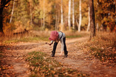 Menina da criança na caminhada na floresta do outono fotos de stock royalty free