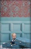 Menina da criança na mala de viagem Imagem de Stock