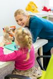 Menina da criança na sessão de terapia ocupacional da criança que faz exercícios brincalhão sensoriais com seu terapeuta fotos de stock