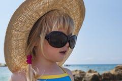 A menina da criança olha em Audrey Hepburn - denomine vidros Imagens de Stock